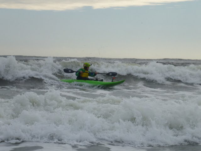 Esther Ladwig demonstrating great torso rotation on a decent wave in Saturday's short boat class